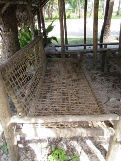 Sitzbank gemacht aus Holz und Kokosnussfasern.
