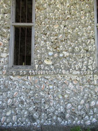 Ein Haus ganz aus Muscheln in Jambiani