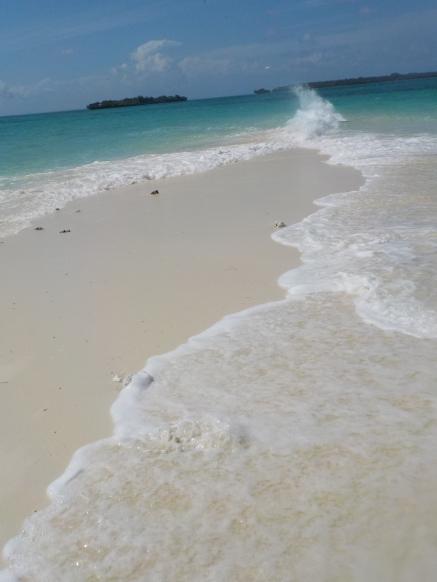 Von beiden Seiten brandet das Meer auf die Sandbank