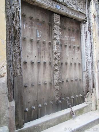 Eine der originalen Sansibar-Tür - die Zacken sollten Elefanten abwehren