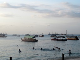 Abends am Stadtstrand in Stonetown