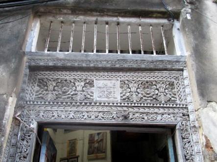 Kunstvolle Schnitzereien an den typischen Sansibar-Türen
