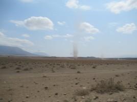 In der trockenen und heißen Landschaft bilden sich immer wieder kleinere Windhosen